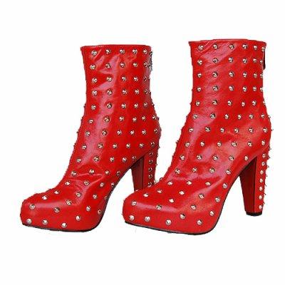 et les bottes rouges a studdes....
