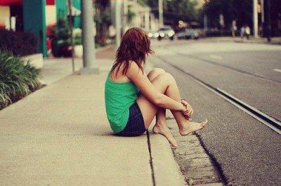 Je vois des gens courir après l'amour. Alors moi je m'assois et j'attends. En me disant qu'un d'eux finira peut-être par s'arrêter devant moi.