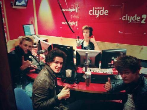 The Vamps joue au Twister après une interview pour Radio Clyde (12.08.13)
