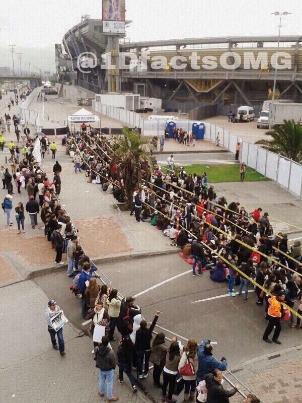 Les fans faisant la queue devant le stade El Campin de Bogotá 25.04.14