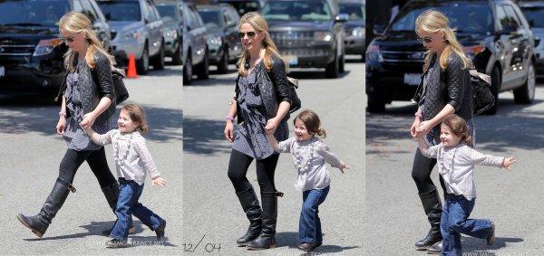 12/04/2012: Sarah faisant du shopping avec Charlotte Grace. C'est un TOP ! J'aime sa robe, sa veste, ses bottes, ses lunettes et sa coiffure: tout quoi ! :D et Charlotte est trop mignonne :)