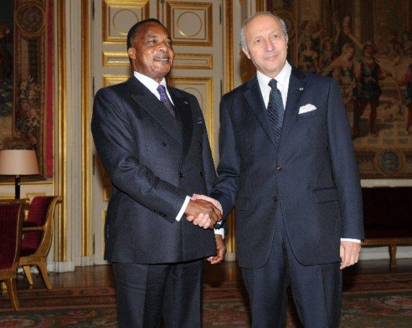 Le président Denis Sassou Nguesso: une poignée de mains avec le ministre des affaires étrangères Laurent FABIUS.