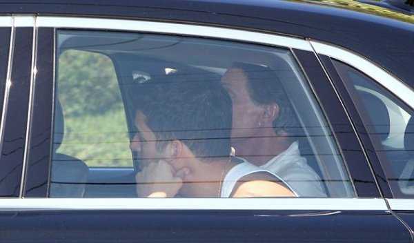 Family and guests arrive to wedding venue (08/20)