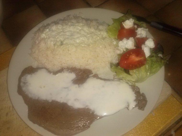 petite salade verte ,tomate,chevre avec steack sauce roquefort et riz