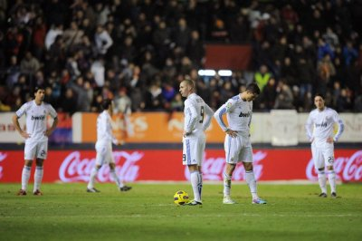 Real Madrid : Cristiano Ronaldo taclé, Benzema dans le flou, Adebayor, Mourinho et Valdano en clash