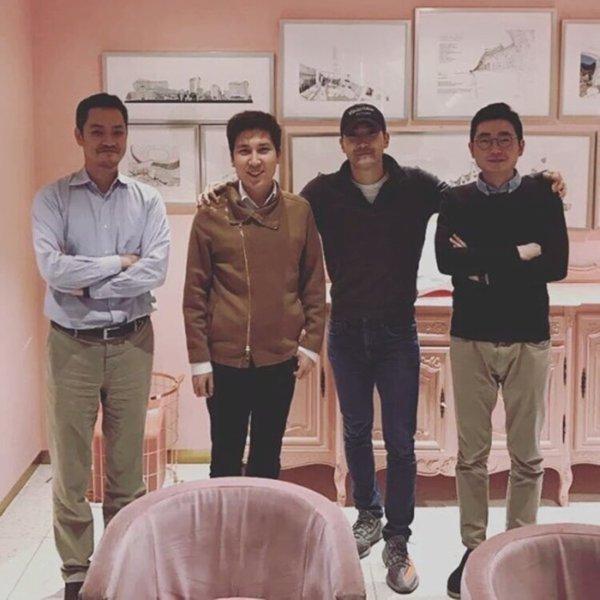 Siwon arrivant a Sum Cafe avec des amis