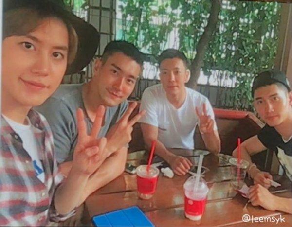 Siwon en compagnie de Changmin, Khyuhyun et  Donghae