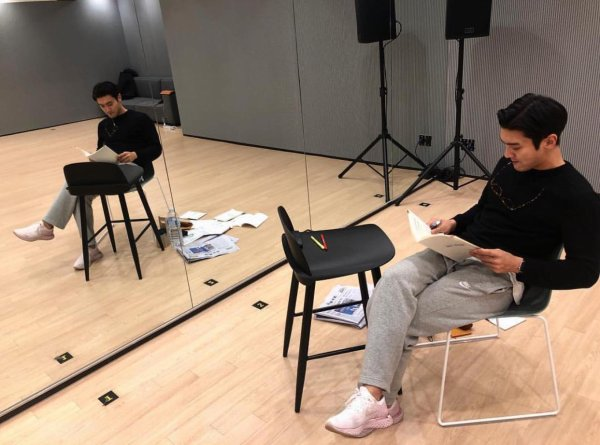 20.02.19 Siwon instagram  «Je prépare 3 choses en même temps. Je travaille dur, tellement dur