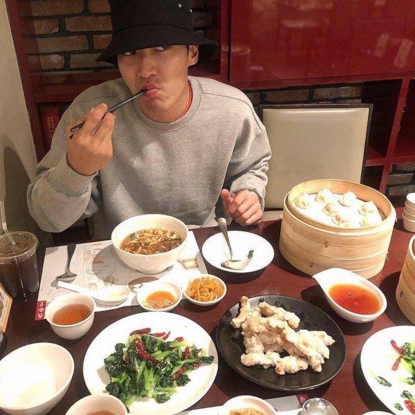 Mise a jour du Compte Twitter de Siwon Un grand merci à tous pour les fêtes de mon anniversaire. J'ai créé une photo il y a environ 30 ans. Bonne journée.