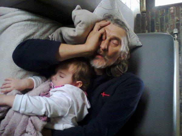 elena et son papy qui fait la siete