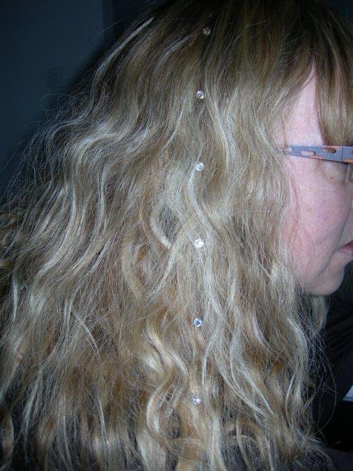 la totale pour Nathalie.............d'abord des perles pour ses cheveux
