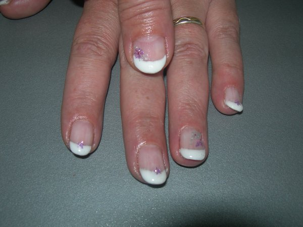 french blanche et ongles en amandes