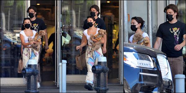 19/06/2021 ▬ Millie Bobby Brown a été photographié avec son petit chien dans les bras dans les belles rue de New York .