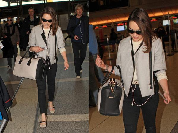 18.01.13 - Emilia a été repérée à l'aéroport de Los Angeles, signant quelques autographes sur son chemin. Un beau top niveau tenue pour moi. Et vous ?