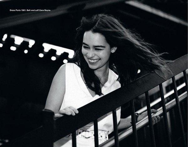 07.04.13 - Une fois de plus Emilia a été photographiée à la sortie du théâtre après avoir joué dans « Breakfast at Tiffany's » C'est un top jusqu'au bout pour moi. Elle est ravissante, et encore et toujours très souriante.