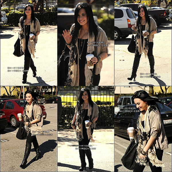 28 Janvier 2011 : Demi est enfin sortie de son centre ! Elle est souriante et très belle ! T'aime sa tenue ?