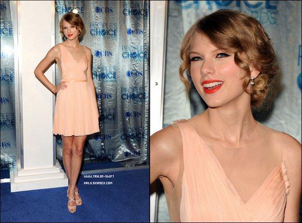 * 05/01/11 : Taylor était à la cérémonie des People Choice Award où elle y a remporté l'award de l'artiste de country de l'année.Taylor était magnifique avec sa robe corail. C'est un beau TOP pour elle et vous qu'en pensez-vous ?  *