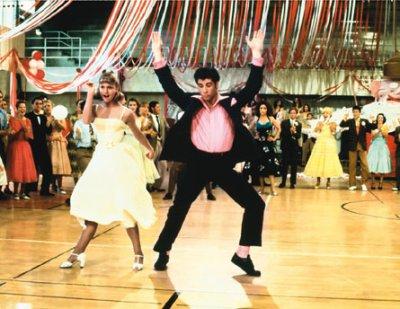 Olivia Newton-John et John Travolta forment un couple élégant.