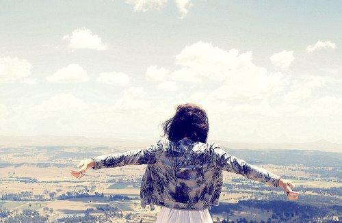 """""""  Il y a une chose à laquelle il ne faut pas céder, le regret ! Le regret, c'est marcher à reculons. Qu'on ait eu raison ou non, il faut toujours regarder devant """" ."""