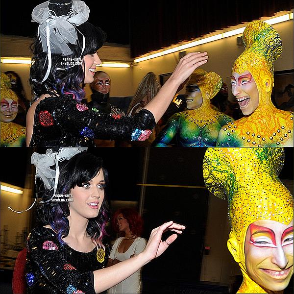 _____Samedi 18 Septembre - Las Vegas  La futur mariée Katy Perry était accompagnée de sa demoiselle d'honneur Rihanna hier soir dans les coulisses de l'évenement « KÀ by Cirque du Soleil » au MGM Grand Hotel/Casino. Selon une source, c'était pour fêter le premier week-end d'enterrement de vie de jeune fille de Katy organisé par sa BFF Riri.