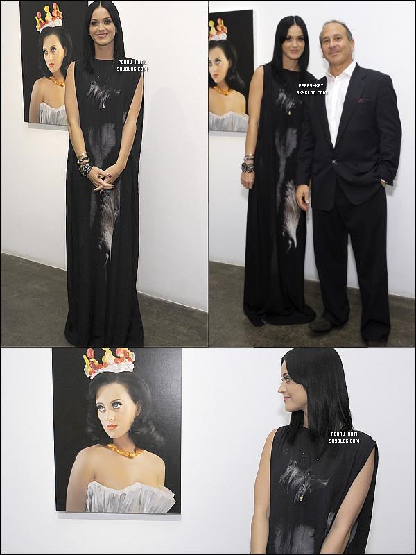 19/11/10 Katy perry et son mari Russell Brand était au 25ème anniversaire de la galerie d'art de Michael Kohn. Michael Kohn a d'ailleurs fait un portrait plutôt reussi de Katy.  Big Flop !