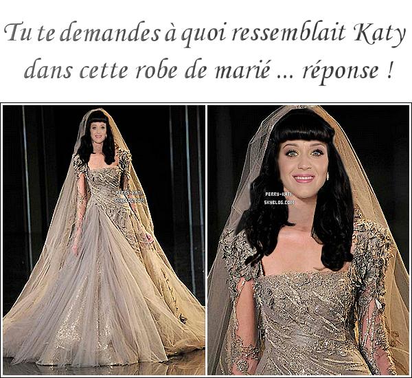 Info  :   Serait-ce la mystérieuse robe de mariée de Katy ? Alors que les images de Katy en robe de mariée ne sont toujours pas apparue, les sites internet son presque sûrs d'avoir trouvé LA robe qu'elle portait pour l'occasion. Katy Perry et Rusell Brand ne voulaient pas vendre des photos de leur mariage et ils ont tenu parole ! Les fans n'auront qu'à ce contenter des descriptions de l'évènement... ainsi que de quelques détails de sa robe de mariée. Une source  a révélé pour le magazine américain US que la mariée portait une robe en dentelle grise à manche haute couture de Elie Saab, collection automne hiver 2010/2011 . Et bien il semblerait que ce soit cette robe... Comment trouvez-vous la robe  ?