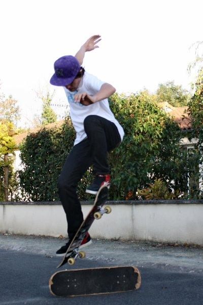 skate ollie par dessus une planche 2