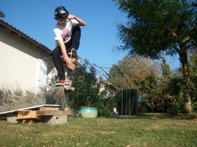 skate indy step (indy collé a la jambe)