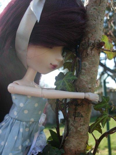 """""""J'ai entendu Dire que quand on est perdu , le mieux a faire c'est de rester ou on est et d'attendre qu'on vienne vous chercher Mais La personne ne pensera a venir me chercher ici.""""Alice In Wonderland."""