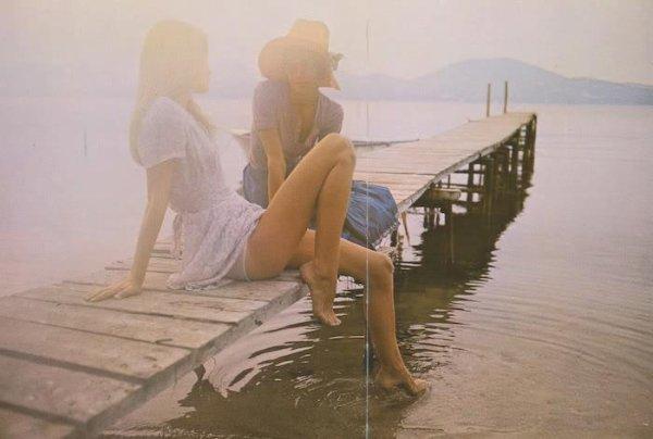 C'est étrange, l'amitié. Alors qu'en amour, on parle d'amour, entre vrais amis on ne parle pas d'amitié. L'amitié, on la fait sans la nommer ni la commenter. C'est fort et c'est silencieux. C'est pudique. C'est viril. C'est le romantisme des hommes.L'homme et la femme ne s'aimeront jamais aussi authentique ment que deux amis parce que leur relation est pourrie par la séduction. Ils jouent un rôle. Pire, ils cherchent chacun le beau rôle. Théâtre. Comédie. Mensonge. Il n'y a pas de sécurité en amour car chacun pense qu'il doit dissimuler, qu'il ne peut être aimé tel qu'il est. Apparence. Fausse façade. Un grand amour, c'est un mensonge réussi et constamment renouvelé. Une amitié, c'est une vérité qui s'impose. L'amitié est nue, l'amour fardé