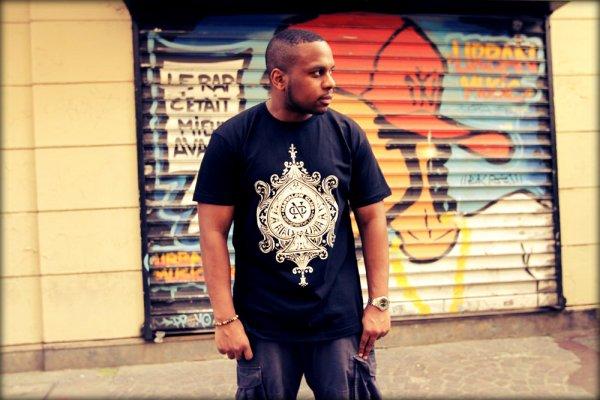 """L'histoire de la Vintape continue avec ce nouveau clip """"Le Mic Ne Suffit Pas' produit par le rappeur Perso le Turf et réalisé par Chris Enja. La mixtape est toujours dispo sur justlikehiphop.com"""