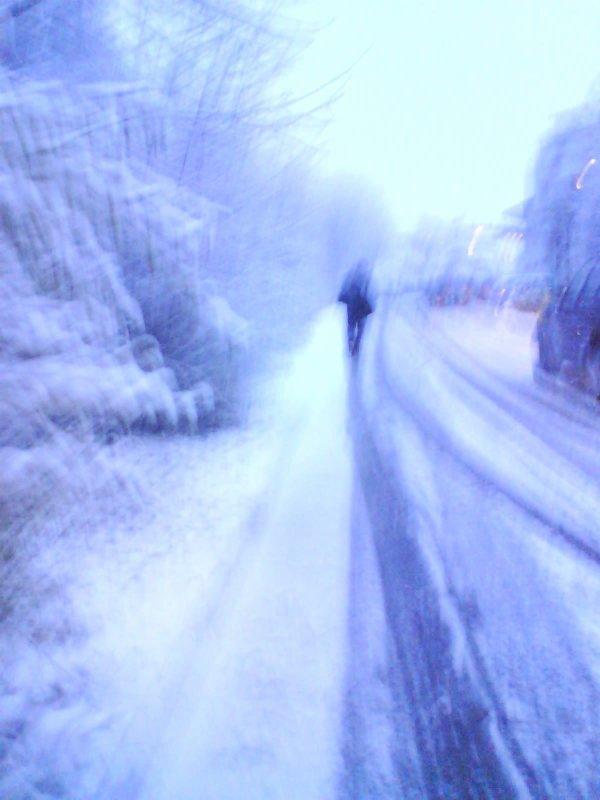J'aime tellement cette photo. Elle date d'il y a un an, et c'est mon frère dessus. Elle est floue, mal cadrée, prise avec l'appareil photo d'un portable merdique, mais franchement, je l'adore. La neige revient de tomber ici bas. Ca fait bizarre de se reveiller le matin, ouvrir les volets et de voir que du blanc. C'est tellement beau. J'aime l'hiver. Je bois mon thé. Mon iPod est en route. Public Image Ltd et Blur. Bonheur.