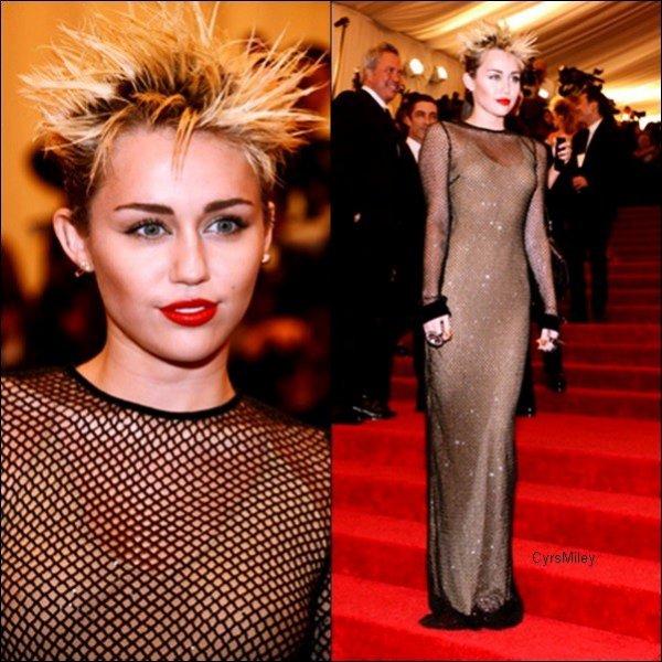 Le 06/05/2013 Miley était présente au Met Ball 2013 , Sur le tapis rouge  Metropolitan Museum of Art de New York ,  C'est à l'occasion du Costume Institute Gala qui célébrait cette année le thème Punk