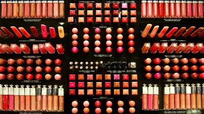 • Peut-être que certaines personnes devraient avaler leur maquillage. Comme ça elles pourraient être belles de l'intérieur..