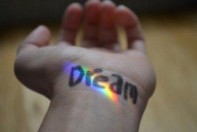 """"""" Toute une vie pour pleurer , un rêve pour s'évader. """""""