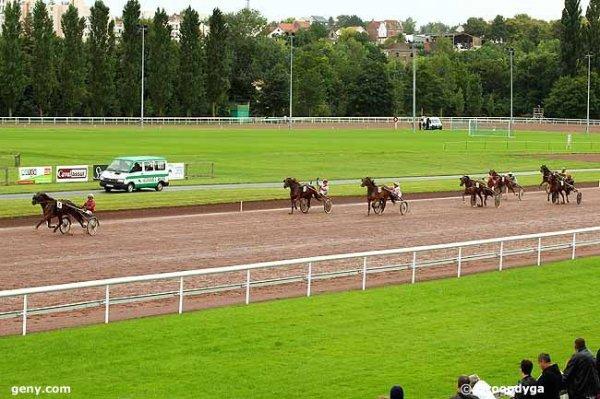 ce mercredi 16 septembre 2015 amiens  trot  attelé  avec 14 chevaux un non partant le cheval numéro 7