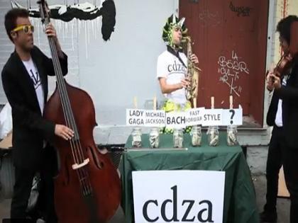 deux musiciens d cident de donner un concert de rue cinquantaine harmonie. Black Bedroom Furniture Sets. Home Design Ideas