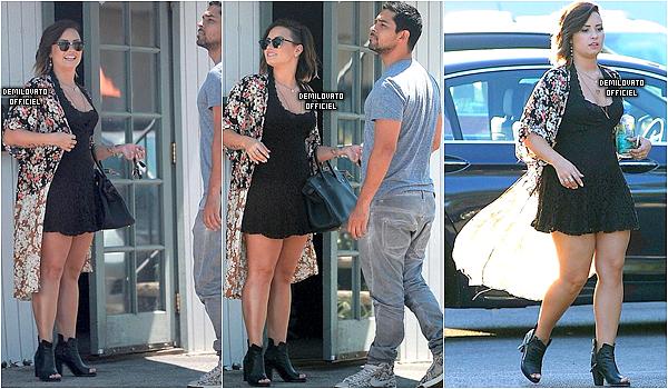 22.08.2014 - Demi a été vue devant un restaurant avec Wilmer Valderrama à Los Angeles.