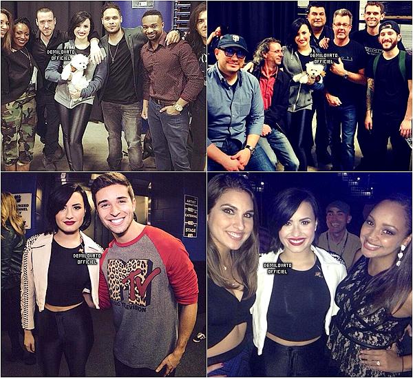 21.12.2014 - Demi a été vue arrivant à l'aéroport LAX à Los Angeles. 22.12.2014 - Demi a été vue sortant de l'aéroport à Tampa.