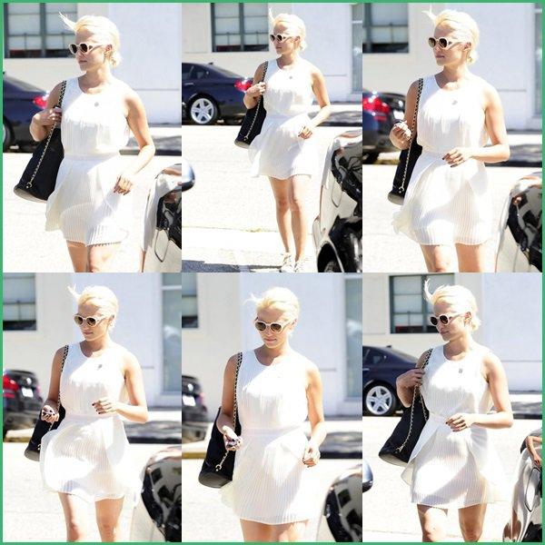 ● Dianna Agron fait des achats en solo à Beverly Hills, en Californie !