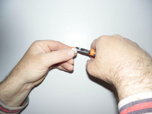 Une petite pince coupante pour lever les bagues électroniques des supports Bricon