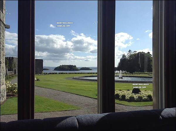 _ 24 Août 2014 - Adelaide en Irlande (Cullen Cottage) avec l'équipe de Reign pour le tournage de la saison 2  _