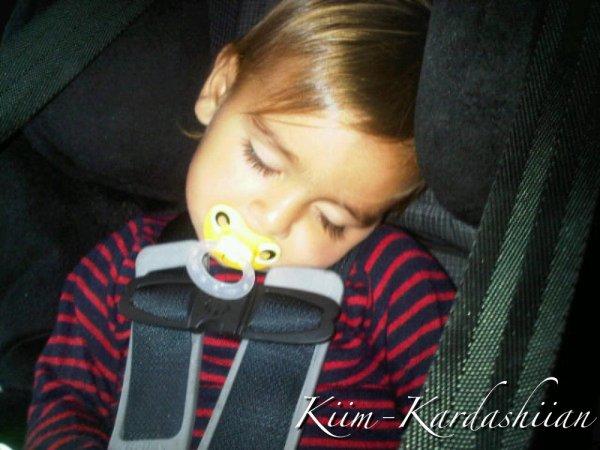 """Kim a posté une nouvelle photos de Mason en disant : """" Doit-je le réveillé? J'ai besoin d'un bisous"""""""