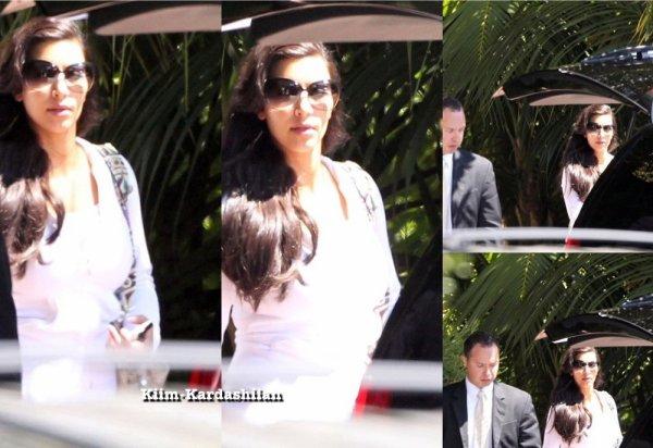 """21/08/11. Kim Kardashian et Kris ont été repérés quittant l'Hôtel """" Four Season """" à Santa Monica."""