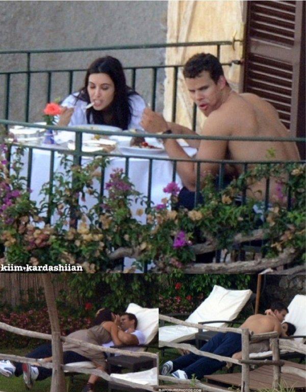 Kim et Kris ont été repérés en Italie pour leurs Lune de Miel, ils étaient entrain de déjeuner sur le balcon de leurs hôtel.