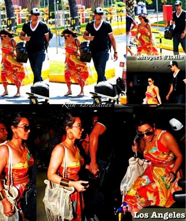 26/08/11. C'est la fin de leurs lune de miel en Italie pour les deux jeunes mariée, Kim et Kris ont été repérés arrivant à l'aéroport d'Italie pour se rendre à Los Angeles, puis après ils ont été repérés à l'aéroport international de Los Angeles, LAX.
