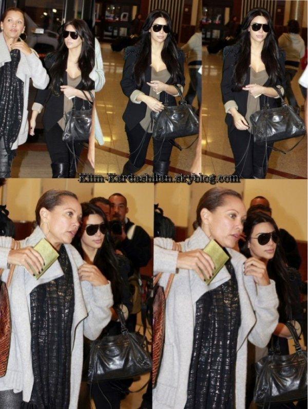 12/11/11. Kim Kardashian et Vanessa Williams ont étaient repérés allant prendre l'avion pour Los Angeles.