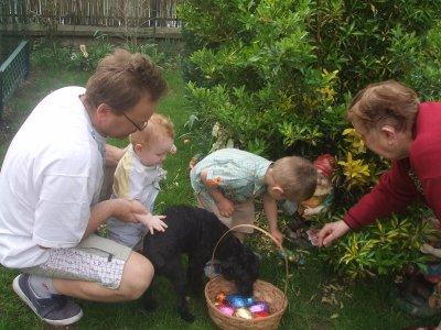 Juju et alexis qui ramasse les oeufs de paques le 12 avril - Quand ramasser les oeufs de paques ...