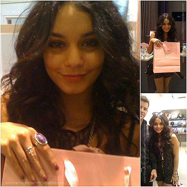 . 19 Septembre 2010  Vanessa Hudgens chez Sherman Oaks allant faire quelque affaires. Je la trouve magnifique c'est un TOP ! .