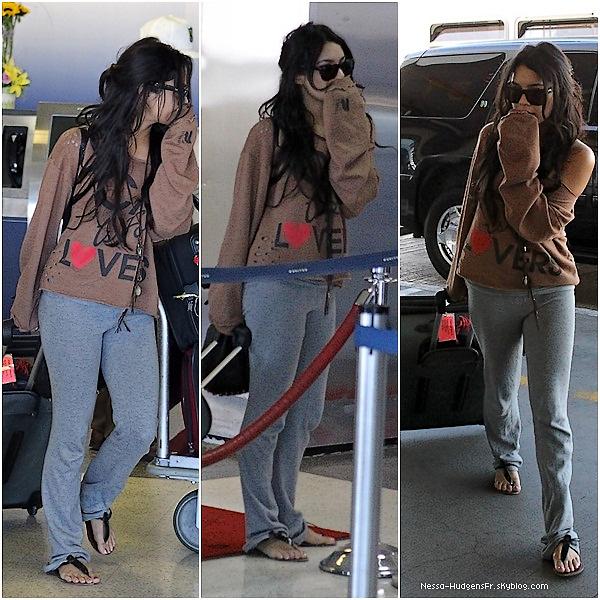. 14 Novembre 2010 : Vanessa Hudgens arrivant à LAX Aéroport. Direction Tournage.  Je trouve Vanessa très jolie, en voyant cette candid j'ai vraiment cru retomber 3 ans en arrière. J'adore. .